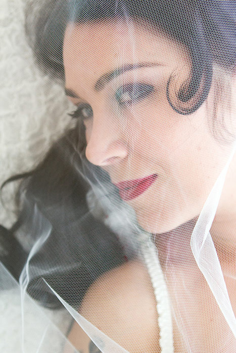 Brautdessous Foto - Braut liegt unter Schleier