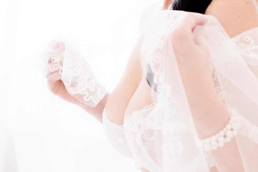 Brautdessous Foto - Braut mit Schleier und Dessous