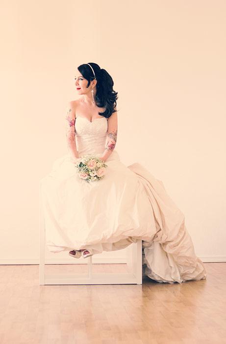 Brautdessous Foto - Braut mit Brautkleid und Strauß
