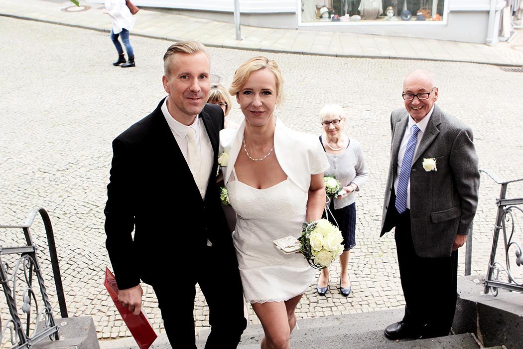 Foto Hochzeit - Brautpaar vor dem Standesamt - Reportage