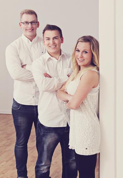 Familienfoto - drei Geschwister stehen der Größe nach aufgereiht